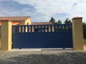 Portail de clôture coulissant en Aluminium coloris Bleu RAL 5023