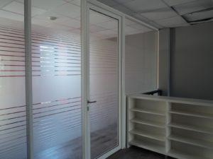 Séparation de bureau avec parois vitrées